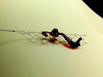 Her ser du en blodpropp som er hentet ut med nettingstrømpen fra hjernen til en pasient. (Foto: Solitaire, produsent av utstyr)