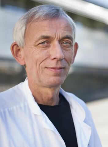Professor Lars Thomassen synes det har tatt for lang tid å bestemme at hjerneslagpasienter i Norge skal få bedre behandling. (Foto: UiB)