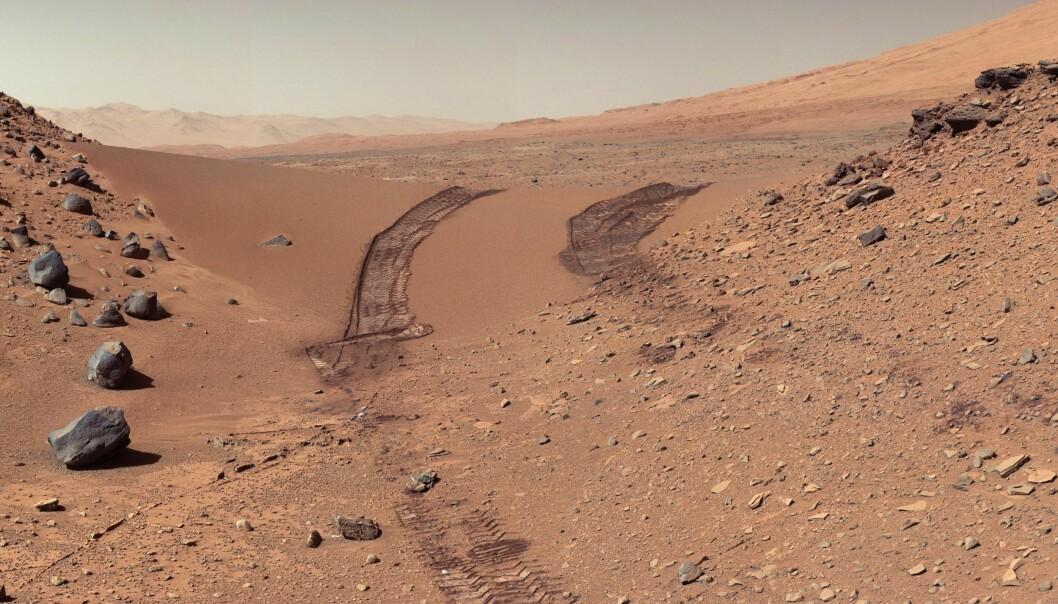 Dette bildet viser sand og Marsjord. Sporene til Curiosity går gjennom det golde landskapet, og bildet er tatt i 2014. (Foto: NASA/JPL-Caltech/MSSS)