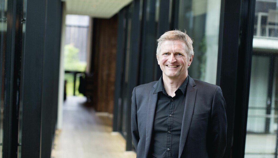 Pasienter, pårørende og helsepersonell landet over kan skrive under på at Geir Selbæk er en god formidler, pedagog, inspirator og veileder. Dette er også noe av det juryen la vekt på da han vant Demensprisen 2018. (Foto: Aldring og Helse)