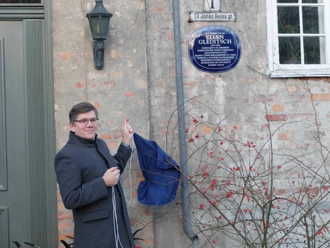 Rektor Svein Stølen ved Universitetet i Oslo avduket det blå skiltet til ære for Ellen Gleditsch. (Foto: Eivind Torgersen)