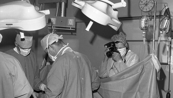 Tidligere avdelingsleder Else Aarseth fotograferer et keisersnitt på Rikshospitalet i 1978. (Foto: Ukjent fotograf, UiO)