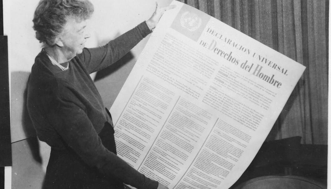 Eleanor Roosevelt holder opp et ferdig eksemplar av Verdenserklæringen for mennskerettigheter. New York, 1949. (Foto: Wikimedia commons)