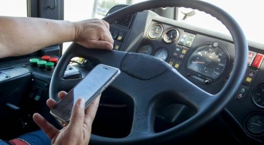 Bussjåfører bruker mobilen mens de kjører