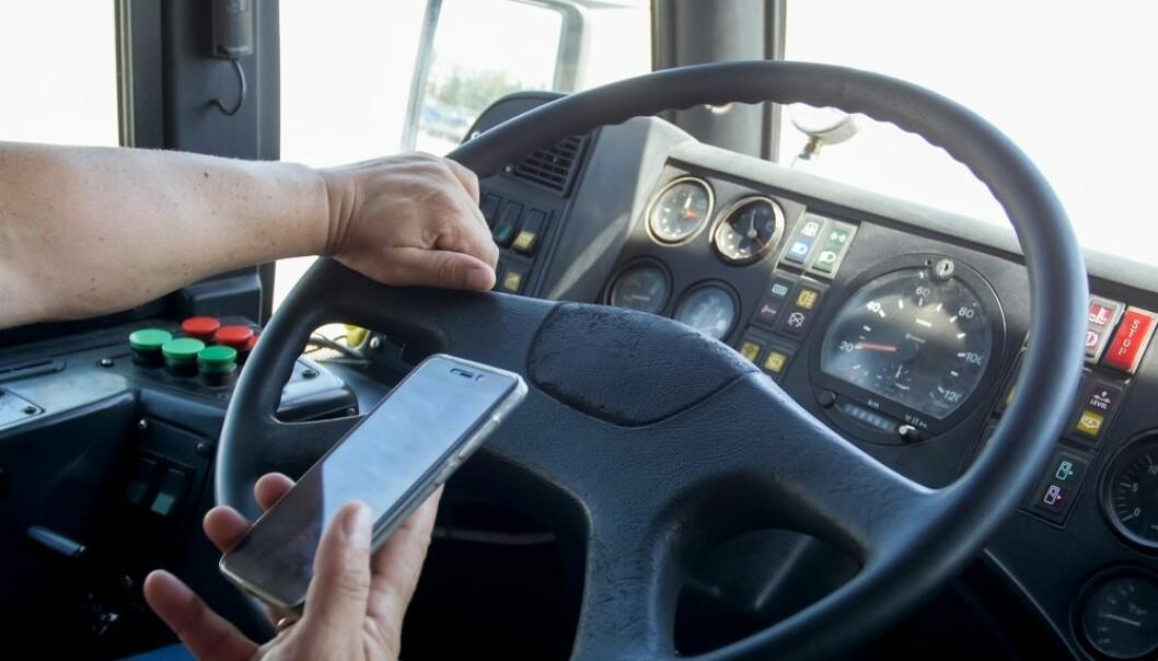 Forskere har kartlagt bussjåførers bruk av mobiltelefon. (Foto: kryzhov / Shutterstock / NTB scanpix)