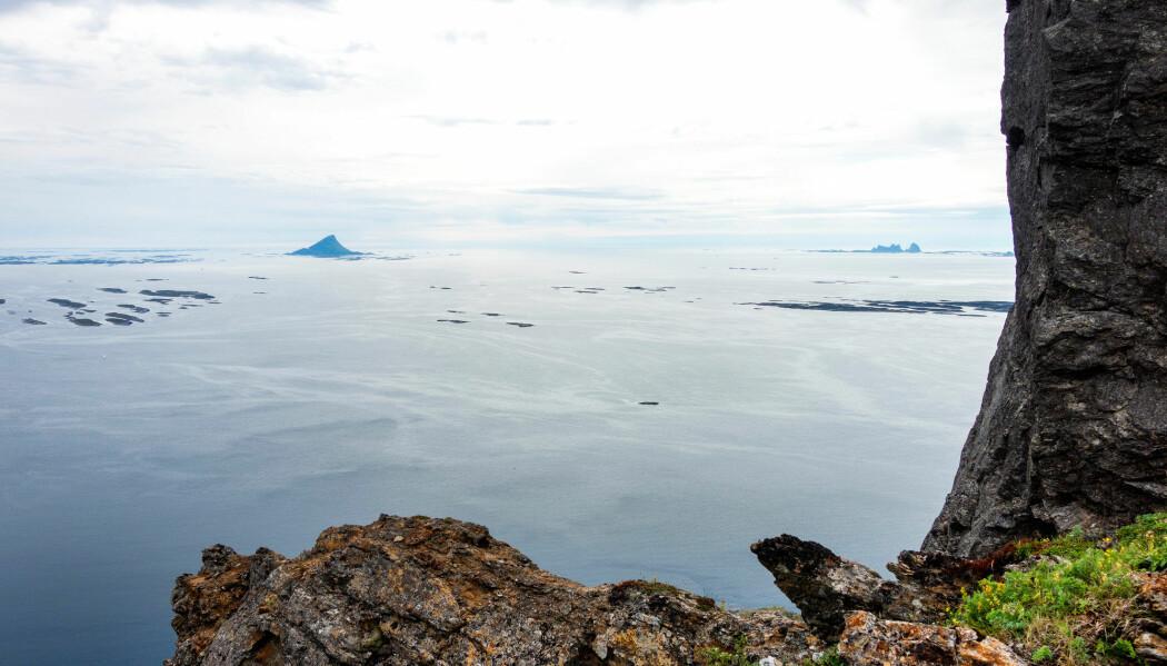 I eit stort forskingsprosjekt er kystøkosystema i Norden vorte vurderte. Eitt av områda som vart sett under lupa var kystmiljøet på Helgeland, her illustrert med Lovund og Træna sett fra Hestmona i Lurøy. (Foto: Gorm Kallestad / NTB scanpix)