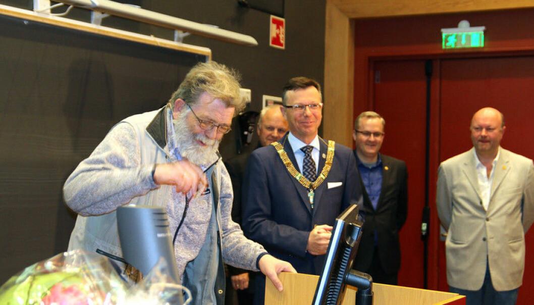 Rektor Dag Rune Olsen overraska Frank Aarebrot med blomar og lovord under det som Aarebrot sjølv håper ikkje er den siste førelesinga hans ved universitetet. (Foto: Marthe Njåstad)