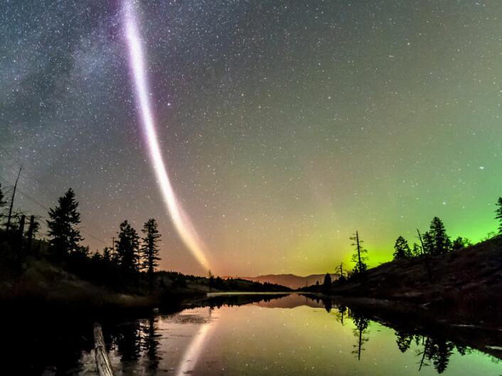 Den lilla stripen av lys til venstre på bildet er et fenomen nylig oppdaget av nordlysjegere. (Foto: Dave Markel Photography)