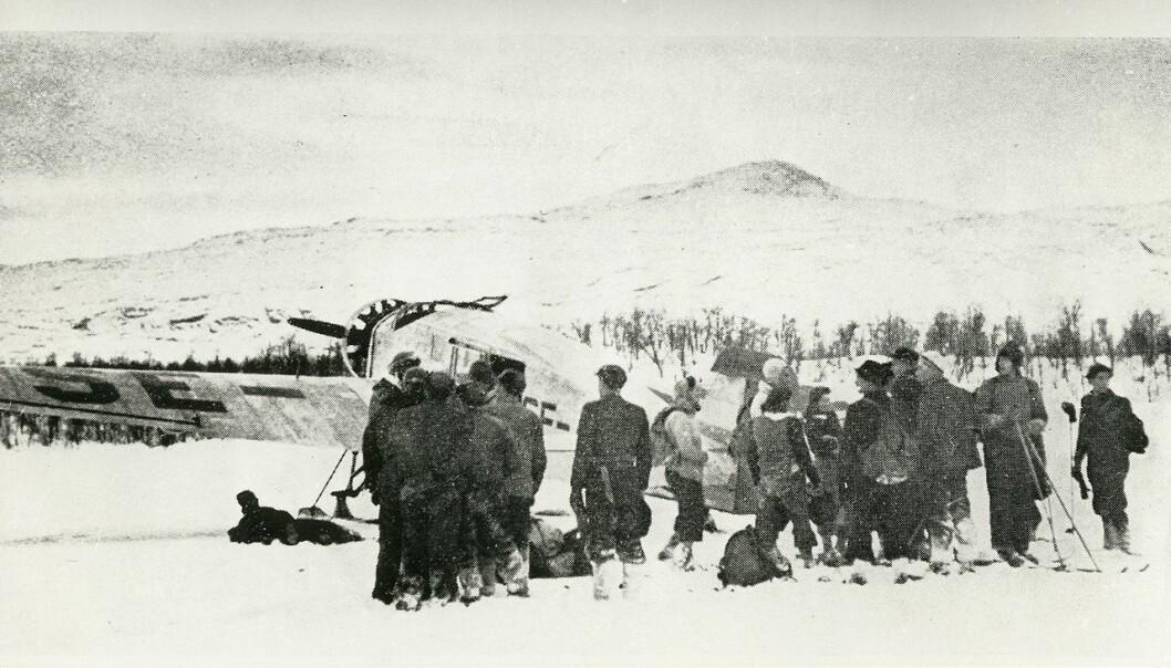 Om lag 60 000 mennesker forsøkte å flykte fra Norge til Sverige i årene 1940-1945. Her ser vi nordmenn som har kommet seg unna tyskernes tvangsevakuering av Nord-Norge oktober 1944. Sivile flyktet over fjellet til Sverige og svenske myndigheter hjalp flyktningene fra nord gjennom flyslipp av klær, mat og ski. (Foto: Riksarkivet)