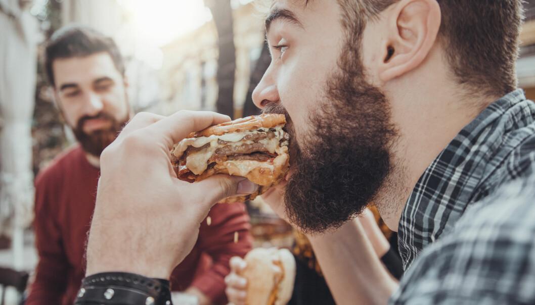 Mange yngre sier at de synes det er lettere å variere og tilberede kjøttretter. (Illustrasjonsfoto: zeljkodan / Shutterstock / NTB scanpix)