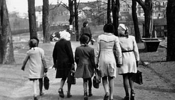 Fram til 2. verdenskrig var det stor forskjell på folk i Norge. Etter krigsutbruddet falt den økonomiske ulikheten dramatisk. De siste årene har forskjellen økt igjen, men den er fortsatt langt unna hva den var før krigen. Bildet viser en flokk jenter på vei til skolen i Oslo i 1942.  (Foto: NTB scanpix)