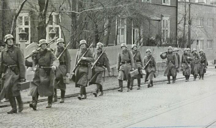 Tyske soldater okkuperer Norge i april 1940. Den tyske okkupasjonen og krigen som fulgte fikk den samme dramatisk likhetsskapende effekten i Norge som i flere andre land. Siden har forskjellen på nordmenn aldri igjen blitt den samme. (Foto: Ukjent fotograf / Digitalarkivet)