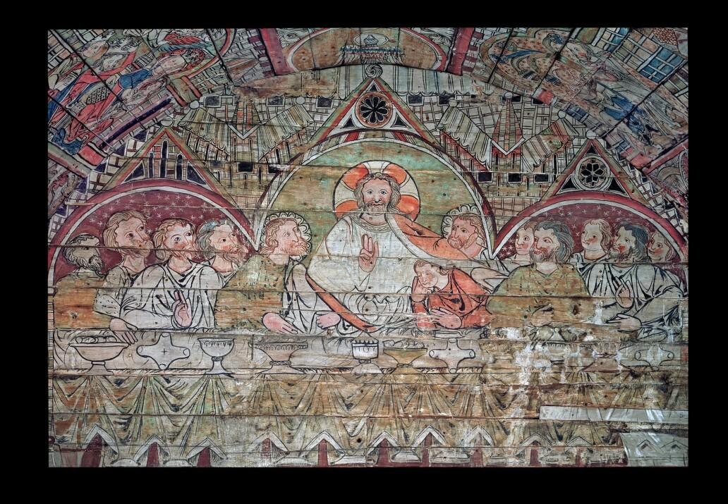 Det over 700 år gamle tretaket i Ål stavkirke er laget som en tegneserie med 23 episoder fra Bibelen. Her blir bibelhistorien fortalt helt fra skapelsesberetning til Jesu liv og død. Taket er nå hos Historisk museum. (Foto: museet)