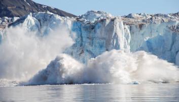 Det kan være farlig for mennesker å oppholde seg nær isbreer som stadig kalver og sender enorme isblokker ned i havet. (Foto: Geir Wing Gabrielsen / Norsk Polarinstitutt)