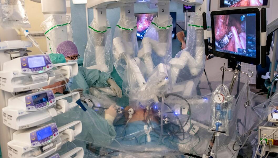 Gjennom centimeterstore hull i buken på kvinnen arbeider robotarmene med å løsne livmoren. Donasjonen på bildet ble utført en lørdag i slutten av 2018. (Alle foto: Björn Larsson Rosvall/Gøteborgs universitet)