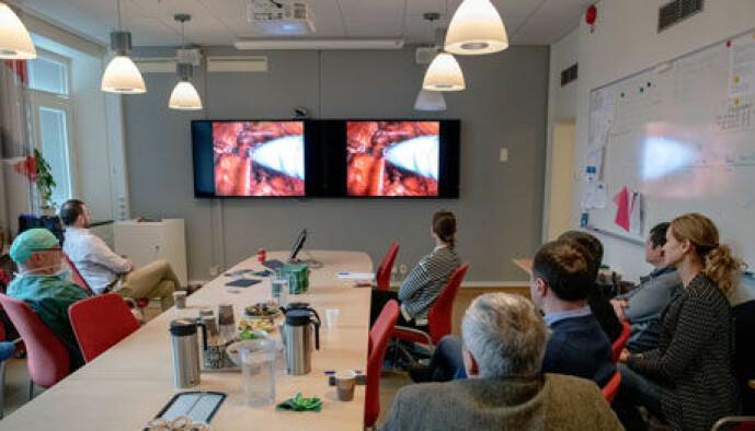 Interesserte kirurgkolleger fra flere steder i verden fulgte med på operasjonen i Gøteborg via bildeskjermer i nærliggende rom.