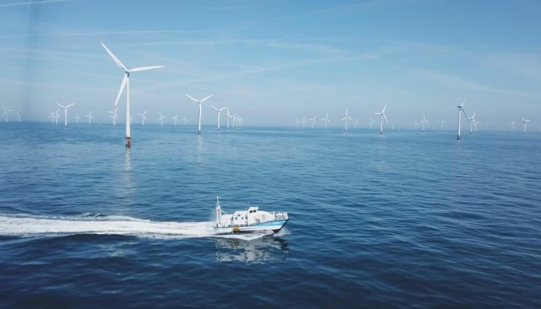 Båten <i>Den lille lundefuglen</i> som er utviklet i Kristiansand er bare 15 meter lang og kan gjøre servicearbeidet i vindmølleparker langt mer effektivt enn dagens fartøy. (Foto: ESNA)