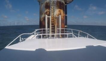 Når mannskapet skal over fra båten til vindturbinen, er det viktig at farkosten ligger rolig i vannet. Bildet er tatt under testing ved Equinors Hywind-anlegg i Skottland. (Foto: ESNA)