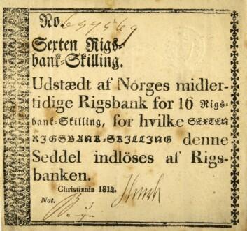 Pengevesenet Norge arvet fra kongeriket Danmark-Norge i 1814 hadde forfalt til kaos. Kongen i København hadde trykket en masse pengesedler for å finansiere kriger. Etter 1814 utstedte en midlertidig norsk riksbank sedler som denne på 16 riksbank-skillinger, for at folk i det hele tatt skulle ha noe å betale med. (Foto: Anne-Lise Reinsfeldt/Norsk folkemuseum)