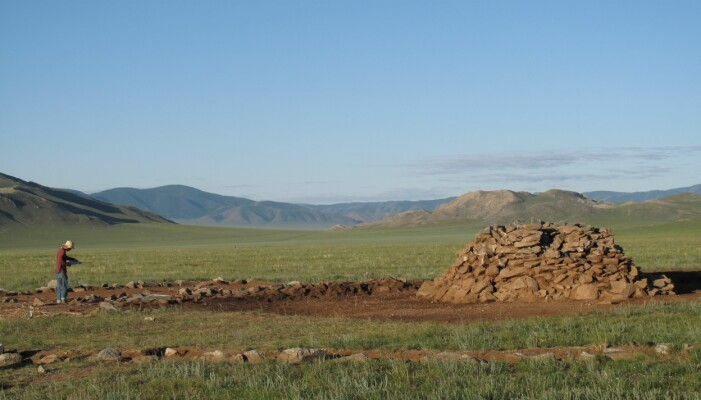 Levningene ble gravd fram fra slike hauger, kalt khirigsuur. (Foto: Bruno Frohlich)