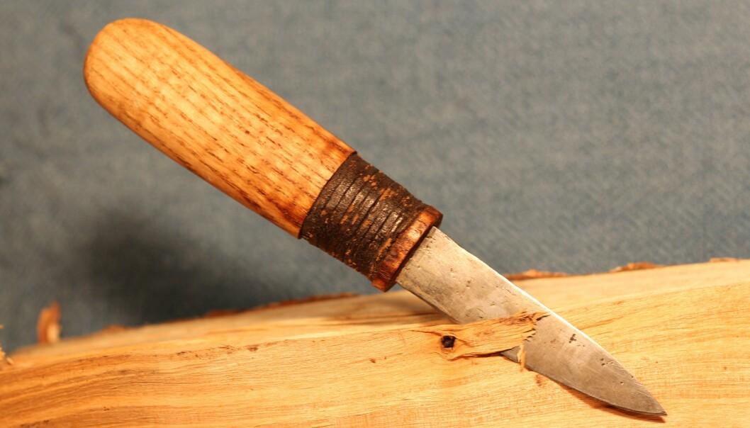 I vikingtiden var det sannsynligvis normalt for de små å arbeide med skarpe kniver, mener arkeologer. Her en kopi av en kniv fra et «skolebarn» fra vikingtiden.  (Foto: Michael Nielsen)