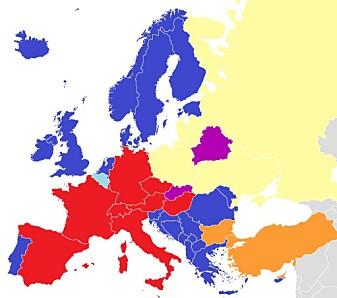 Landene i blått tekster. De som er merket i rødt dubber. Landene som er markert i gult bruker voice-over, det vil si at stemmeskuespillere snakker oppå det originale lydsporet. I de oransje landene er det en blanding. (Figur: Häsk/Wikipedia)