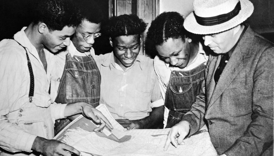 Forsvarsadvokat Samuel Leibowitz informerer fire av sine klienter i Scottsboro-saken etter at de er løslatt i 1937. (Foto: Associated Press/NTB Scanpix)