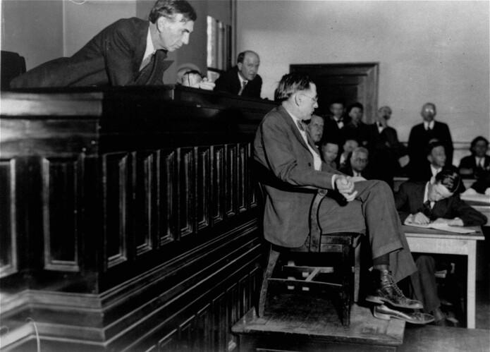 Dommer James E. Horton lener seg engasjert frem mot legen som vitner i rettssaken mot de ni guttene. Han hadde undersøkt kvinnene som hevdet at de var voldtatt, uten å finne medisinske tegn til overgrep. (Foto: AP-foto/NTB Scanpix)