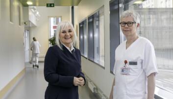 – Sykepleierens rolige hånd kan også ha stor effekt på pasienten, sier forskningsingeniør Nina Vanvik Hansen i Sintef (t.v). Her er hun sammen med spesialsykepleier Liv Mari Graffer Bye. (Foto: Unni Skoglund)