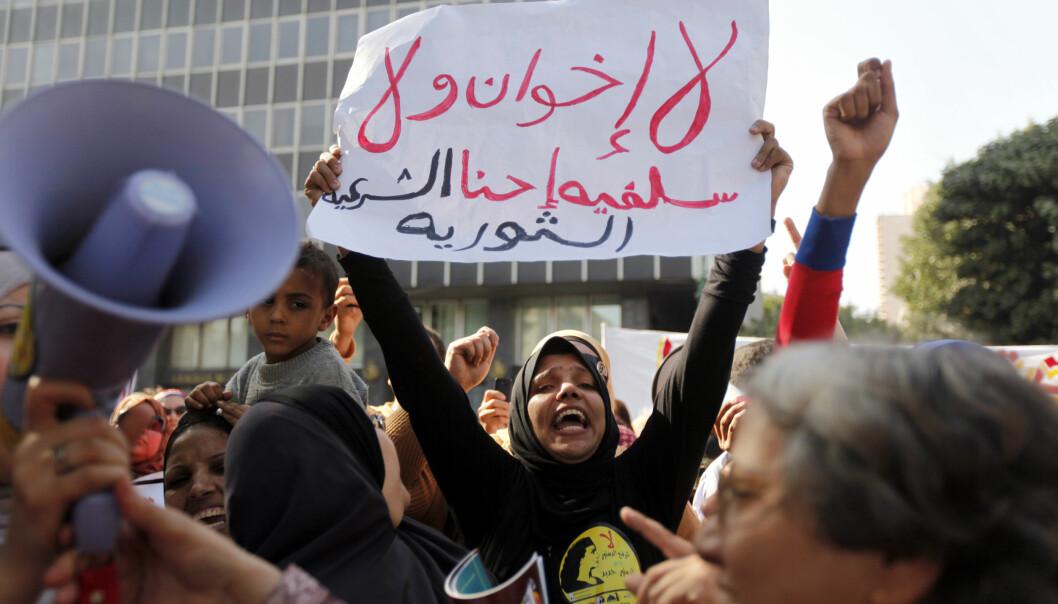 Kvinner demonstrerer i Kairo i 2013. Hvordan skal man egentlig yte motstand under et autoritært styre? (Foto: Mohamed Abd El Ghany, Reuters, NTB scanpix)