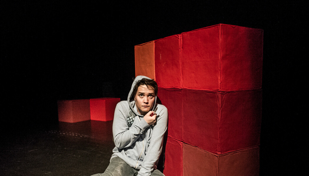 Frank Kjosås spiller en autistisk person i stykket «Det merkelege som hende med hunden den natta» på Det Norske Teater. (Foto: Dag Jenssen, Det norske teatret)