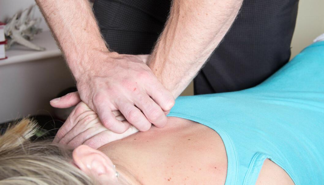 Mange går til kiropraktor for å få hjelp med en vond rygg. Nå viser en stor oppsummering at behandlingen ser ut til å ha en beskjeden virkning.  (Foto: Cornelia Viljoen / Shutterstock / NTB scanpix)