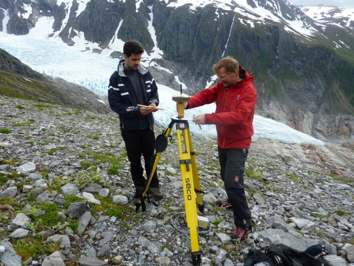 Paul and Hallgeir use a laser skanner to measure accurately the glacier surface. Foto: Miriam Jackson
