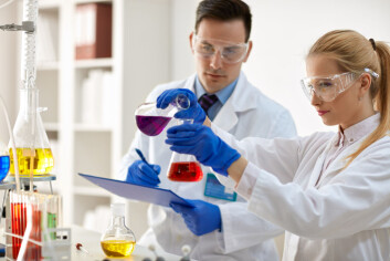 Hvis du skal tro bildetjenestene forskning.no bruker, består forskeres hverdag for det meste av å gå i hvit frakk og blande sammen fargerike væsker. (Foto: Shutterstock / NTB scanpix)
