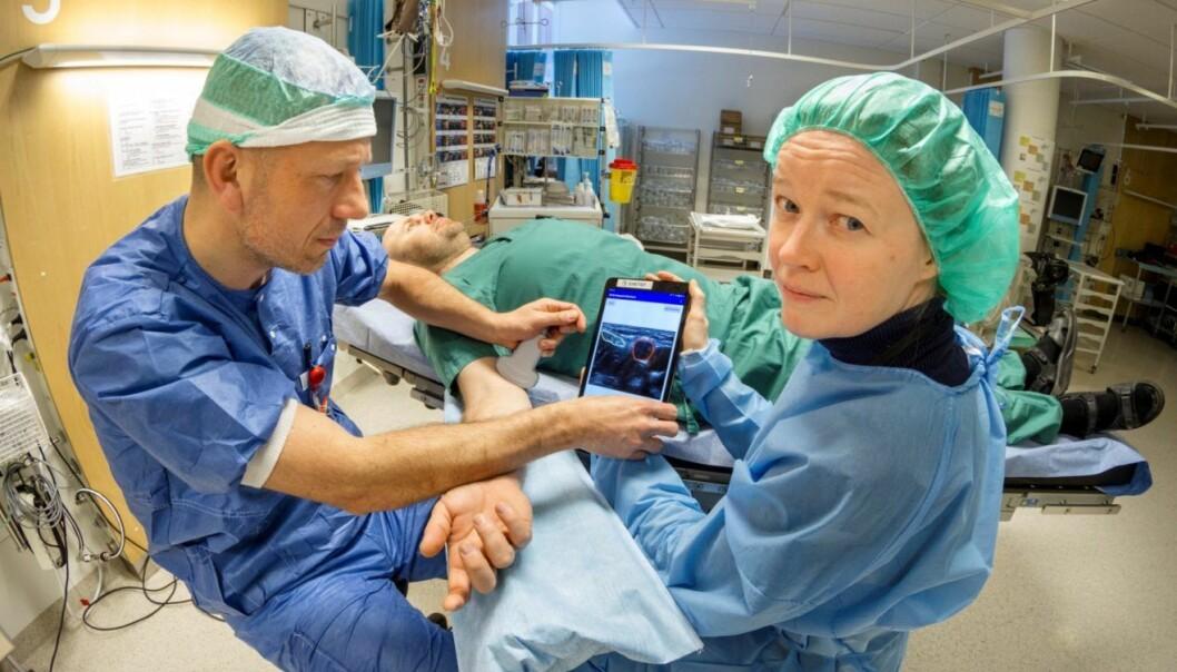 Anestesilege Kaj Fredrik Johansen og Sintef-forsker Ingerid Reinertsen tester ut løsningen på en pasient ved St. Olavs Hospital. (Foto: Thor Nielsen/Sintef)