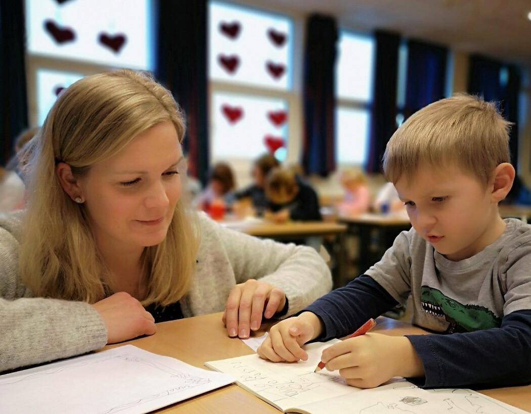 Jon Henrik Kristensen og de andre elevene i 1A har skrevet meningsfulle tekster fra første dag. Det er en viktig del av skriveopplæringen, mener lærer Stine Nygård. (Foto: Elisabeth Rongved)