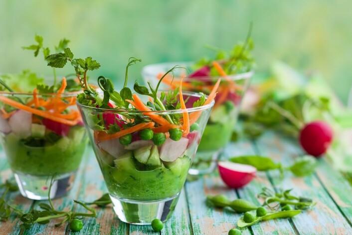 Raw food går ut på å spise mat som ikke er varmebehandlet. Mange legger også vekt på at maten skal være økologisk. Men er det egentlig noe sunt for oss mennesker? (Foto: sarsmis, Shutterstock, NTB scanpix)