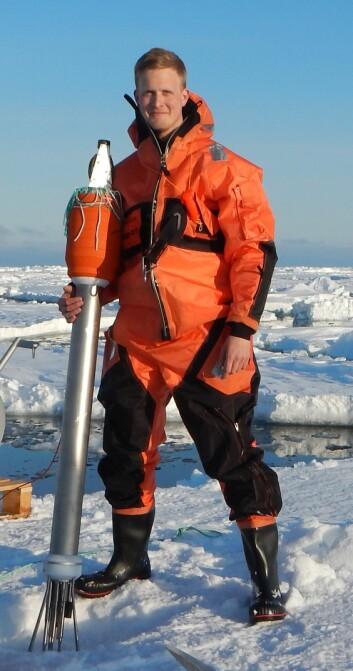 Achim Randelhoff har nylig fullført en doktorgrad ved Polarinstituttet/UiT med fokus på økosystemet under havisen i Arktis. (Foto: Arild Sundfjord)