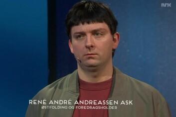 Martin Beyer-Olsen som østfoldingen René André Andreassen Ask, som forklarer «ekstremt kompliserte verdenssituasjonen med veldig enkelt språk.» (Foto: NRK)
