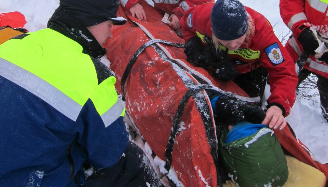 Her blir Andrea Mannberg reddet fire timer etter snøskredet som rammet henne, kjæresten og bestevennen for tre år siden.  (Foto: Martin Stefan)