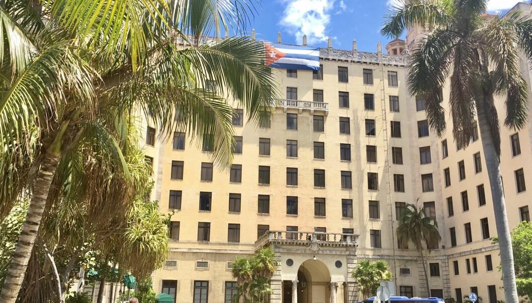 Det er vanskelig å finne trådløst nett mange steder i utlandet. I Havanna på Cuba må man gjerne på hotell for å få Wi-Fi for å sjekke nyheter og kople seg opp på sosiale medier uten å bli ruinert. Her på Hotell Nacional koster det 50 kroner for en times nettilgang.   (Foto: Anne Lise Stranden/forskning.no)