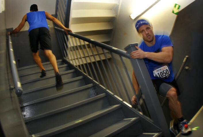 To av deltakerne i trappeløpet Empire State Building Run-Up i 2012. Løpet går 320 meter rett til værs fordelt på 1576 trappetrinn. Rekorden er på 9 minutter og 33 sekunder, satt av australske Paul Crake i 2003. (Foto: Mike Segar, Reuters/NTB scanpix)
