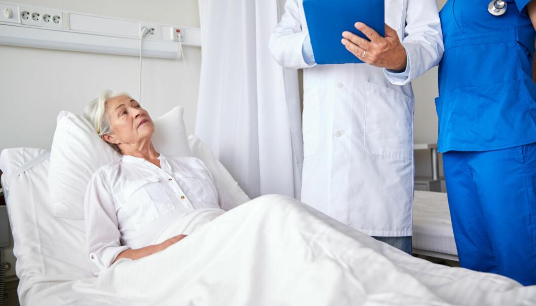 Brukermedvirkning er helsevesenets store slagord. Det innebærer at pasienten skal være en likeverdige part i behandlingen. Men legevisitten inviterer til ubalanse mellom pasient og lege. Sykehusskjorta og den gjennomsiktige underbuksa plasserer pasienten i en rolle som er foreldet, mener Elin Saga. (Foto: Shutterstock)