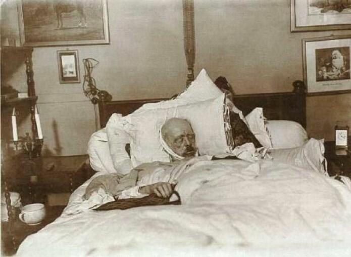 Otto von Bismarcks dødsleie. (Foto: Willy Wilcke og Max Priester, Wikimedia Commons)