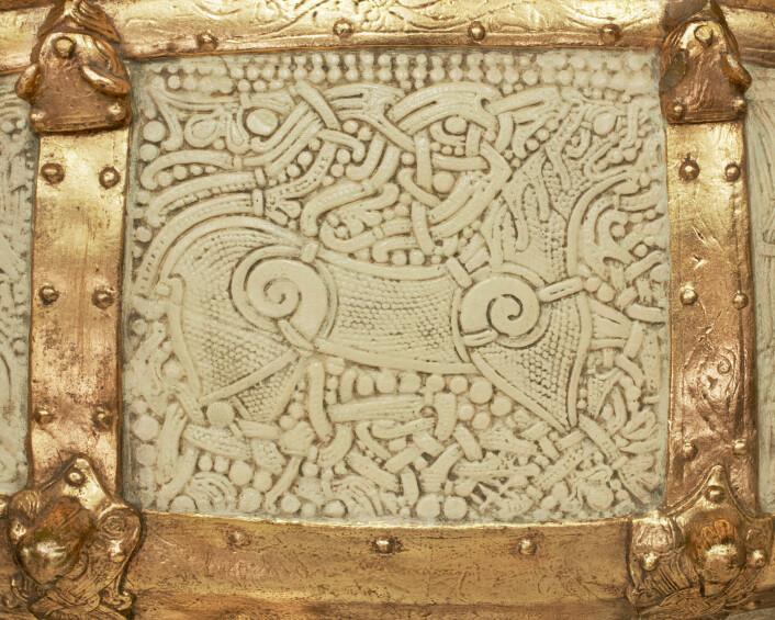 Detalj fra lokket på Camminskrinet: panel med løvemotiv. (Foto: Ellen C. Holte/ KHM)