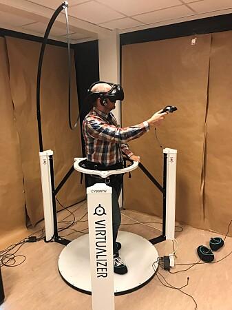 Forsker Jo Skjermo i SINTEF demonstrerer VR-plattformen som ble brukt under forsøkene. Her måles alle bevegelsene til forsøkspersonene. (Foto: Sintef)