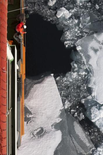 Hva skjuler seg i dypet? Forskere på jakt etter atlanterhavsvannet. (Foto: Ilona Goszczko)
