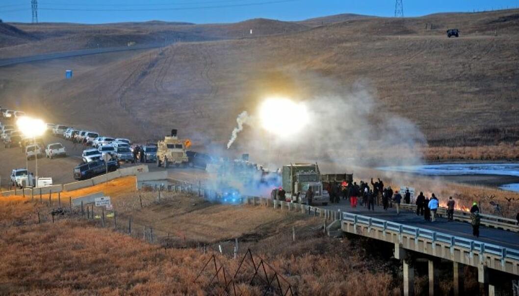 Ravna var under sitt forskningsopphold vitne til at lakotaer og andre som protesterte mot oljerørgata ved Standing Rock ble slått tilbake med tåregass og vannkanoner av politiet. (Foto: Øyvind Ravna)