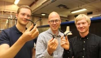 Forskerne Jean Rabault (t.v.), Andreas Carlson og Richard Andre Fauli inspiserer noen av de kunstige frøene som ble produsert i 3D-printeren. (Foto: Bjarne Røsjø)