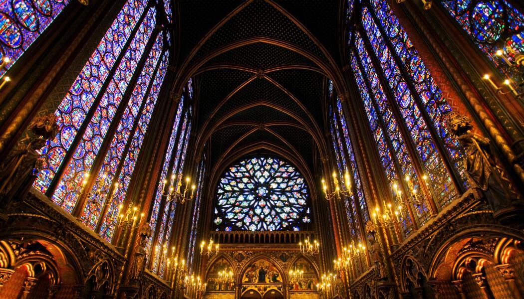 Når lyset går gjennom glassvinduene i denne kirken, går det mye saktere gjennom glasset enn det gjør i lufta på begge sider av glasset. Dette er glassmaleriene i den franske kirken Sainte-Chapelle i Paris. (Bilde: Justin Black / Shutterstock / NTB scanpix)